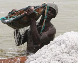 Salt_collector_in_Lake_Retba